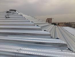 اجرای سقف عرشه فولادی بر روی سطوح شیب دار